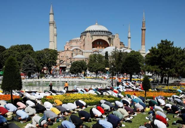Gegap Gempita dan Haru Sambut Jum'at Perdana di Hagia Sophia