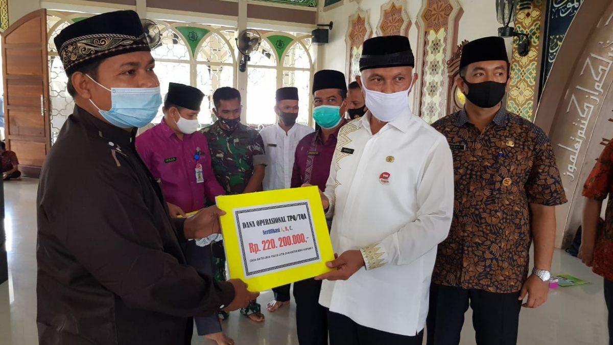 Sosialisasi Covid 19, Mahyeldi Serahkan Dana Operasional TPQ dan Imam Masjid